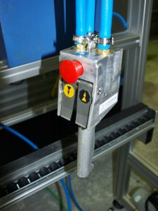 Aluminium profile workstation with integrated conveyor